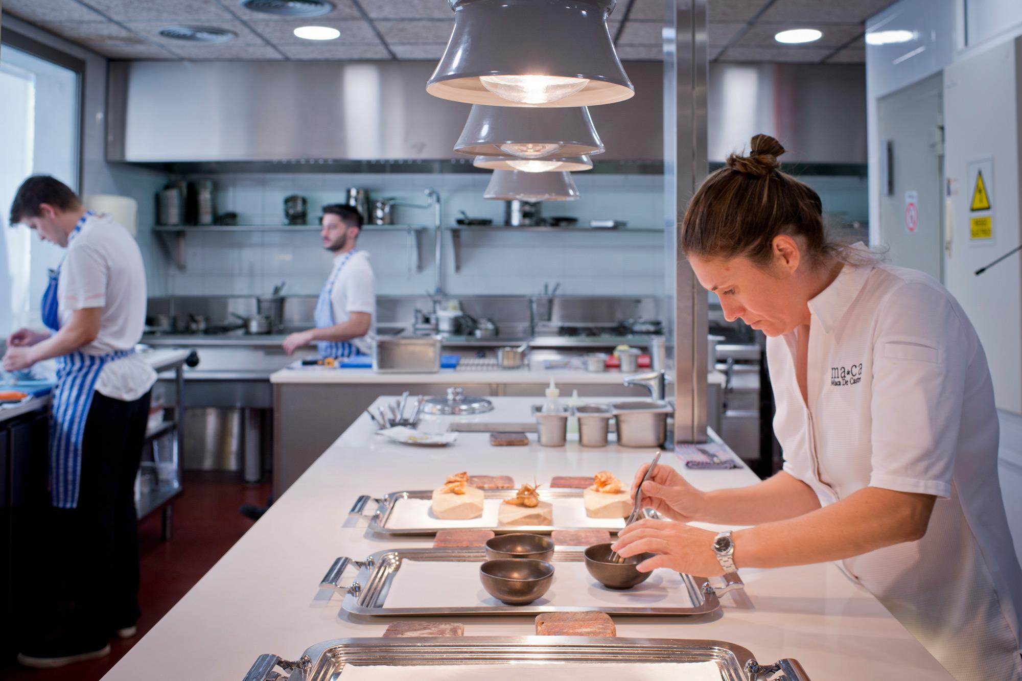 Maca de Castro sabe que una buena cocinera debe estar desde el principio de la preparación hasta el final.