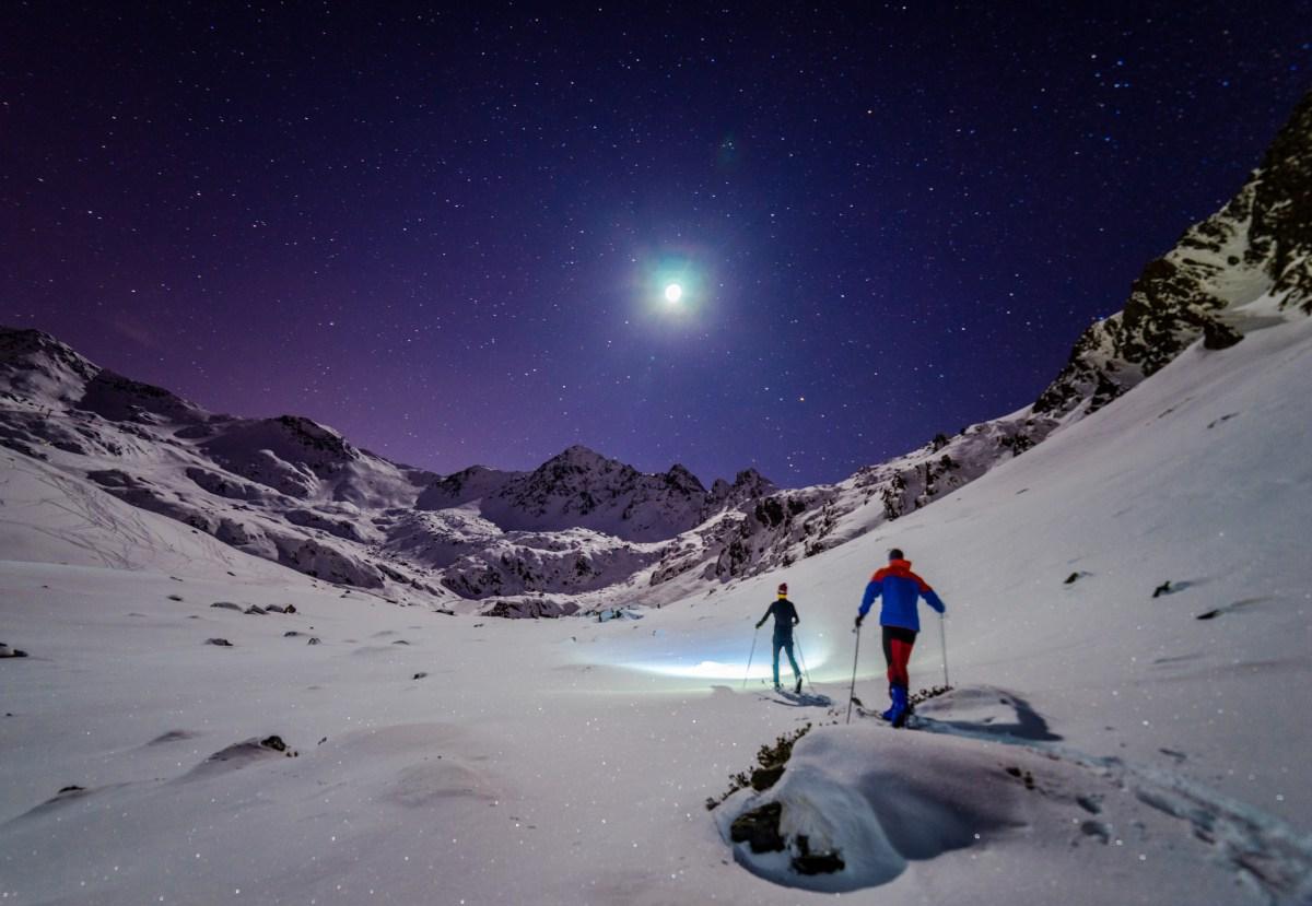 El único foco de luz que se necesita es nuestro pequeño satélite. Foto: Shutterstock.