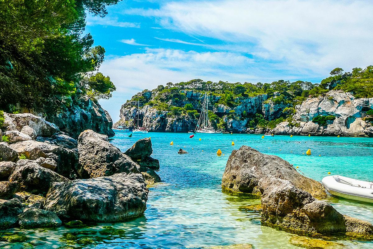 En calas como esta puedes practicar una amplia variedad de deportes acuáticos. Foto: Shutterstock.