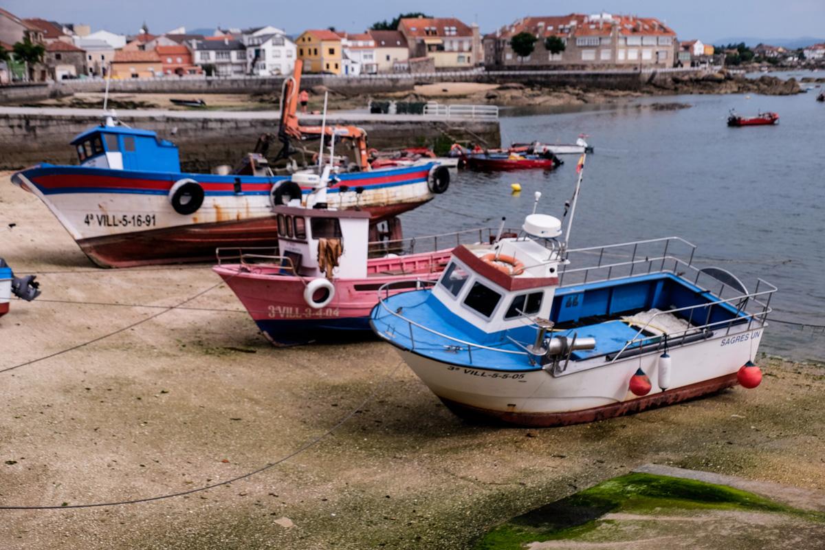 Barcos en el Porto de Xufre, donde arranca la ruta al faro.