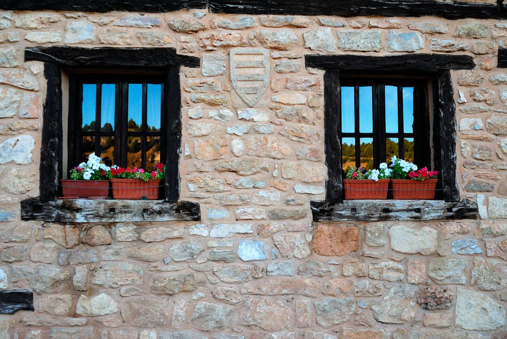 Casa de Calatañazor, de piedra con barro de mampostería, propio de la arquitectura popular. Foto: Shutterstock.