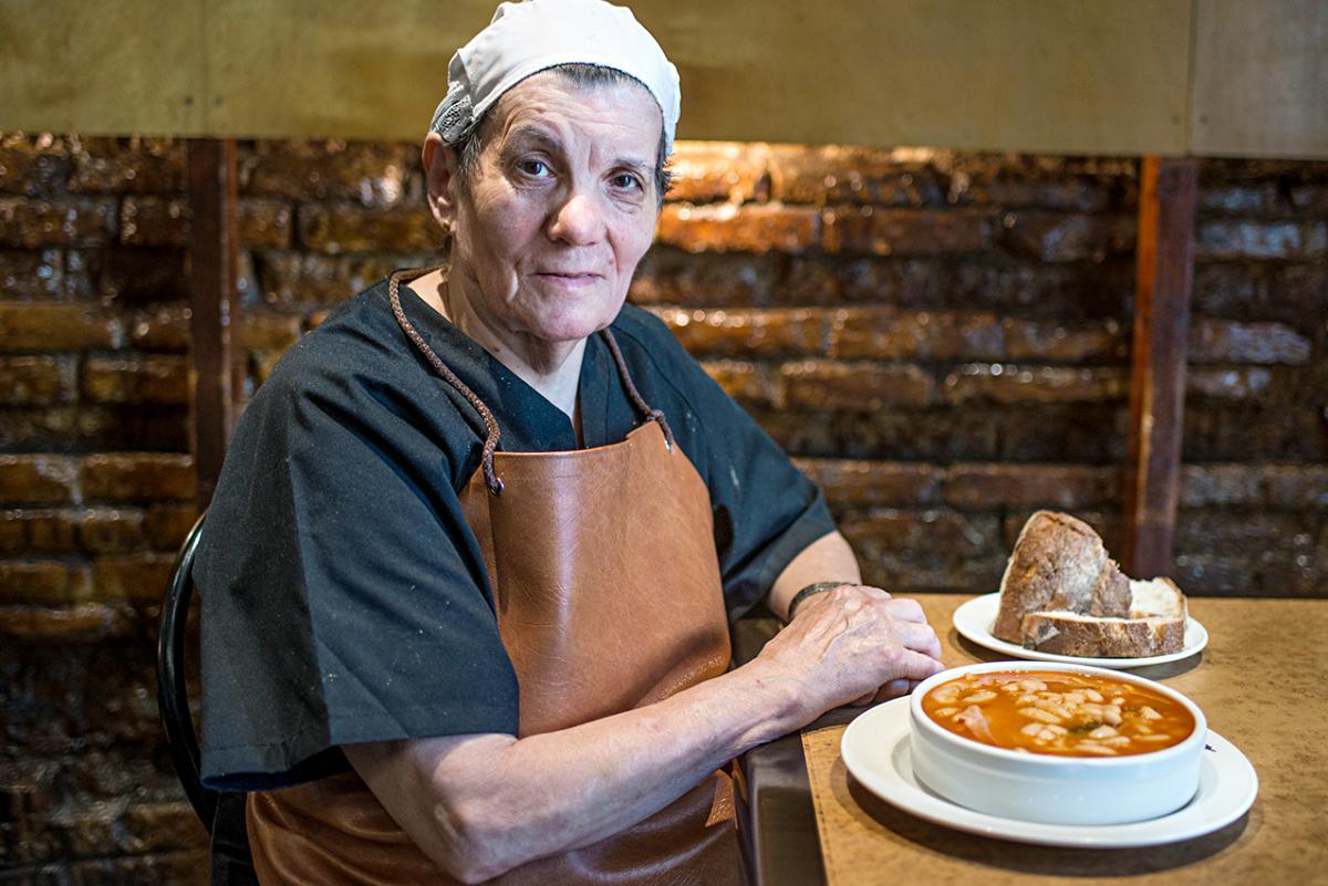 Julia Bombín junto a una de sus deliciosas fabadas. Foto: Alfredo Cáliz.
