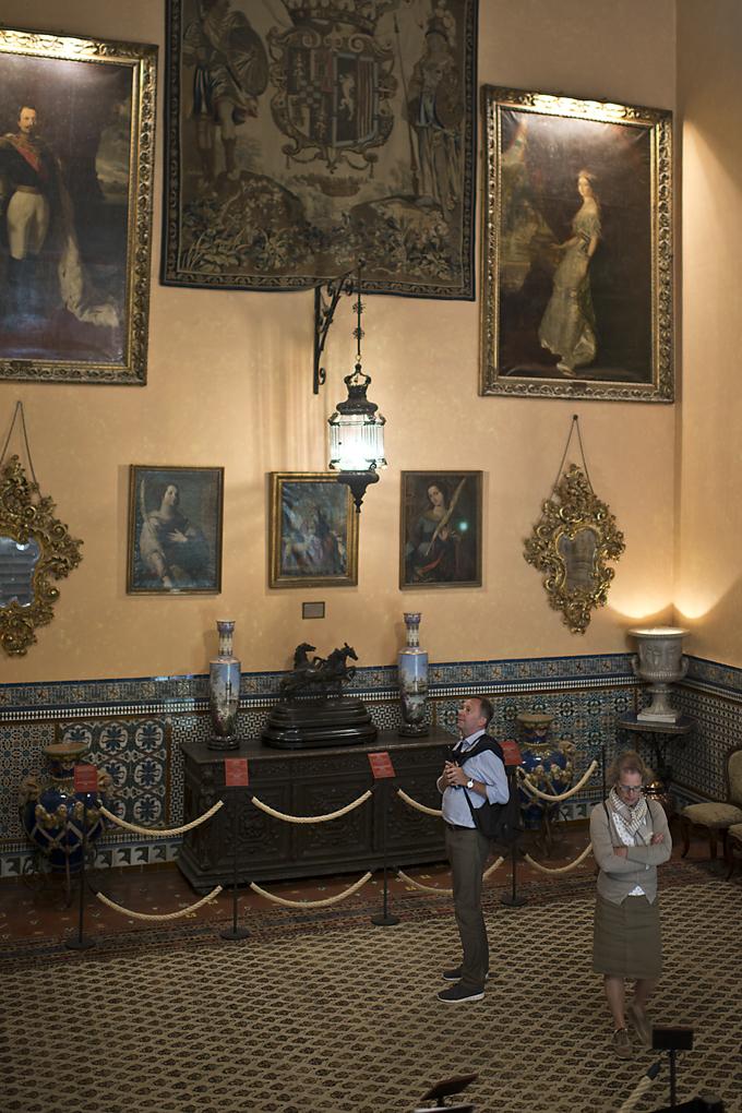 Napoleon III y su esposa presiden la escalera principal que da paso a la vivienda privada.