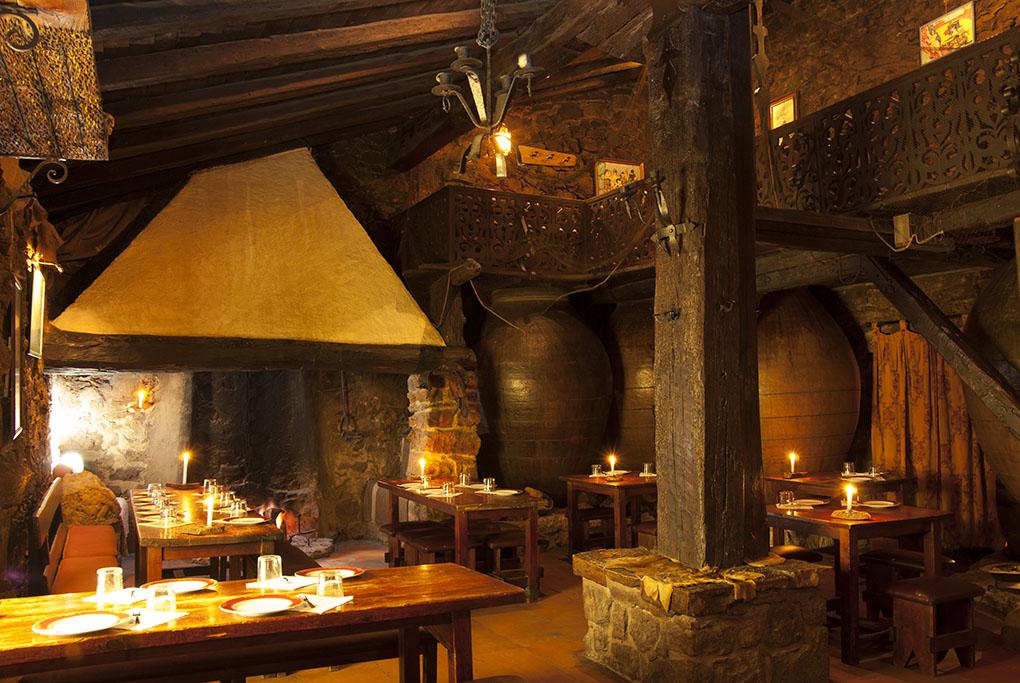 Al fondo, la chimenea y la zona de brasas. Foto cedida por el Restaurante El Matar.