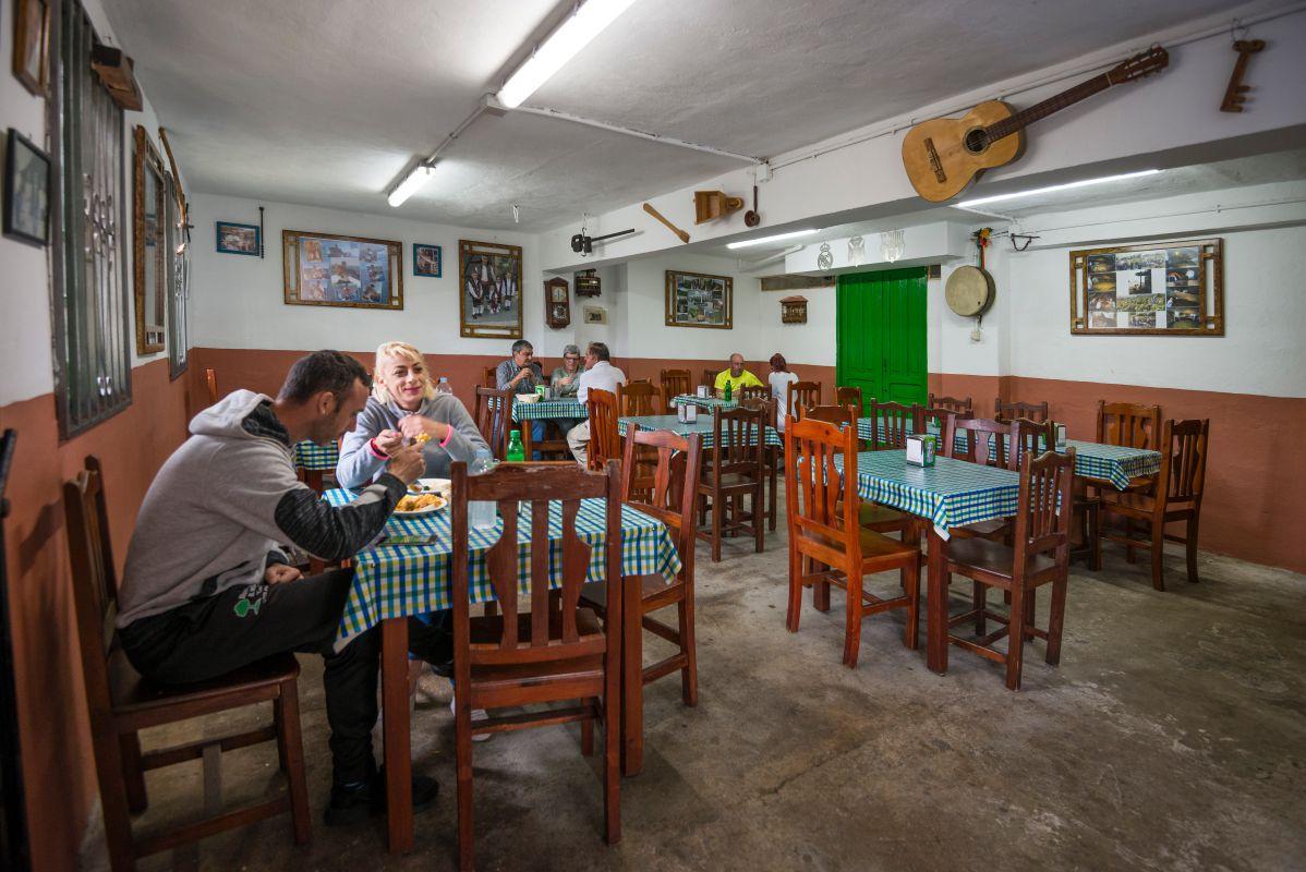 El salón comedor del guachinche Las Galanas, con algunas de las mesas con clientes de la zona.