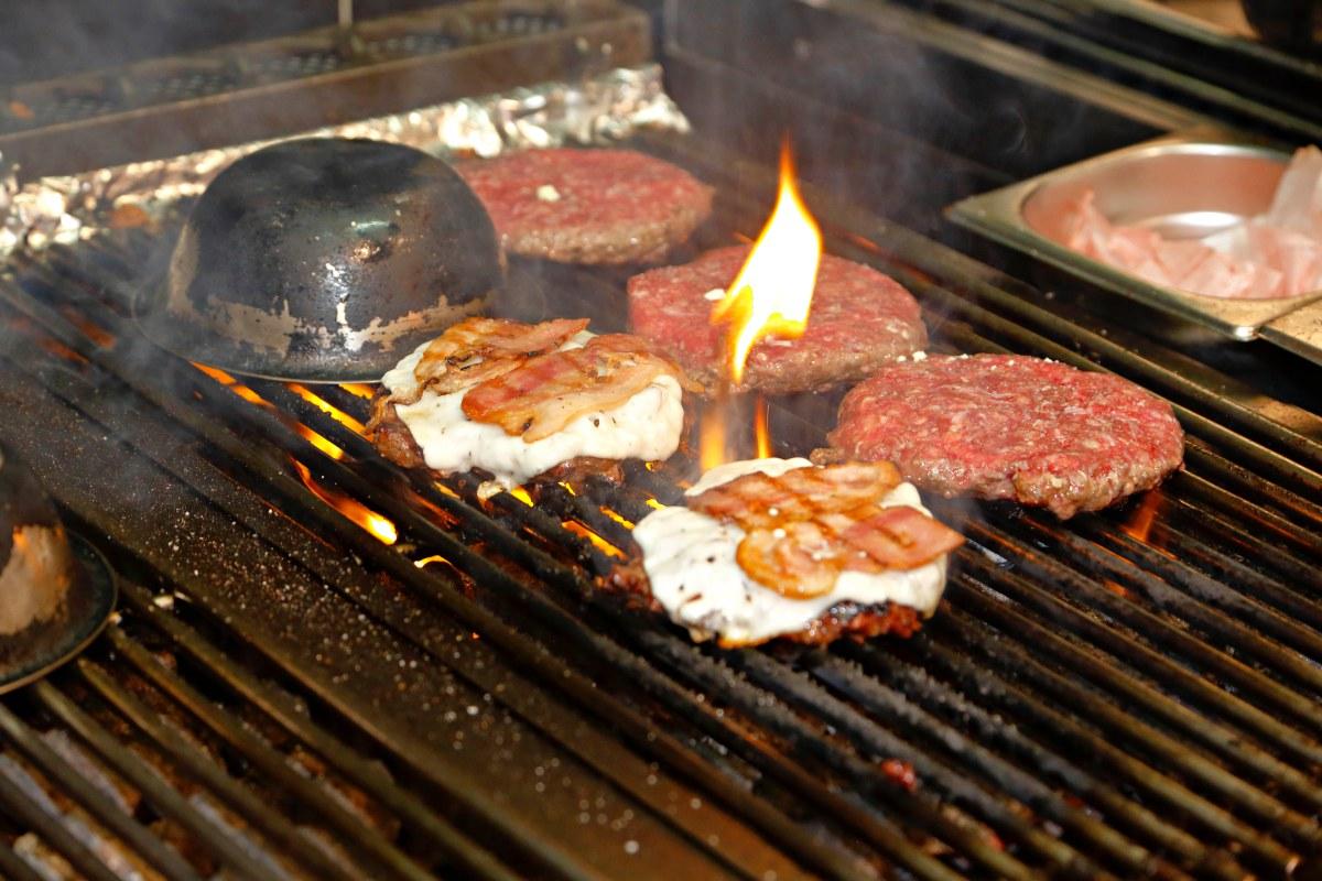 La carne con sus otros ingredientes se echa directamente sobre la parrilla de carbón.