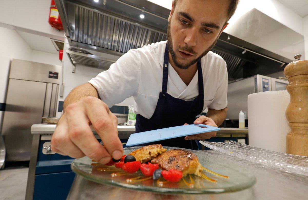 Restaurante Yarza: preparando plato en cocina