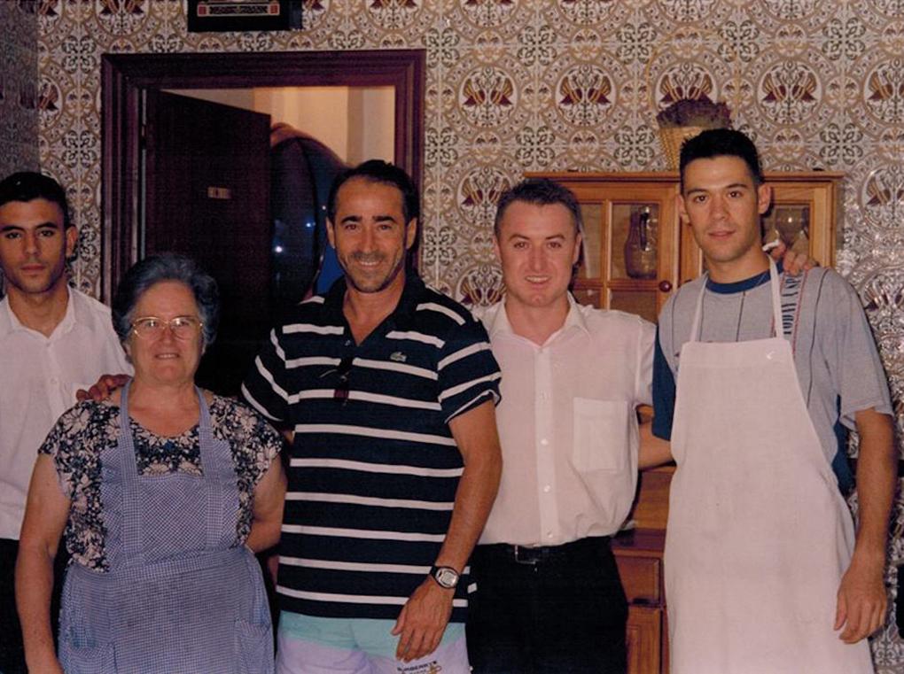 La fundadora con su hijo Luis y el torero Esplá hace unos cuantos años. Foto: Facebook Casa Elías.