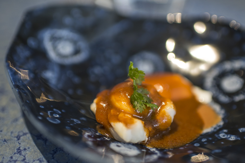 Langostino con chili, huevo y cuajo de leche del restaurante 'Disfrutar'. Foto: Sofía Moro.