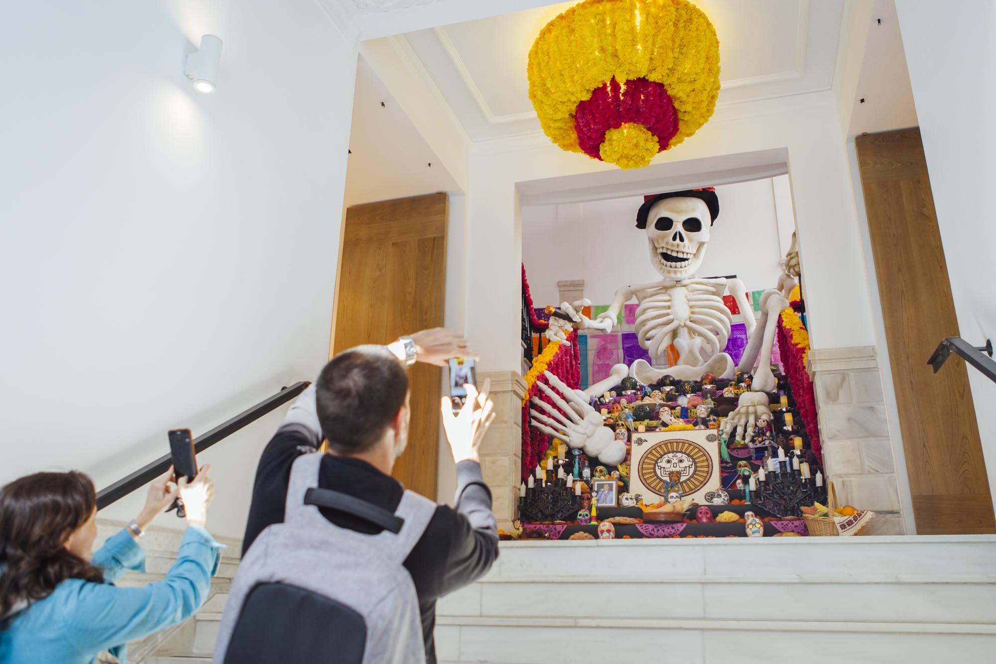 El altar de muertos se monta como símbolo para dar de comer a los seres queridos que ya no están.