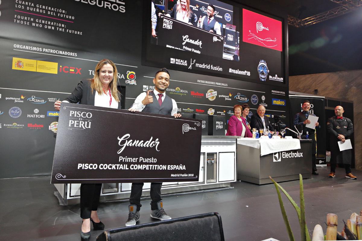 Santiago Vallejo con su merecido premio.