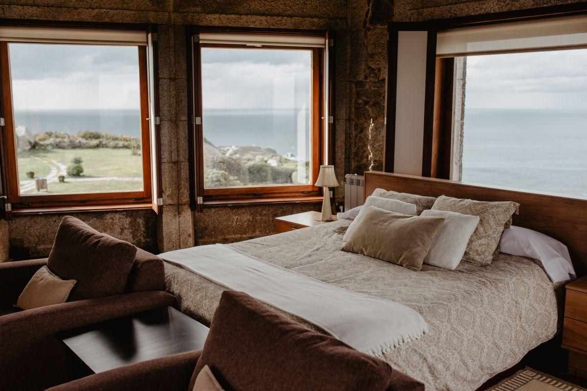 Interior y vistas de la suite del hotel Semáforo de Bares al mar, en Mañón, A Coruña.