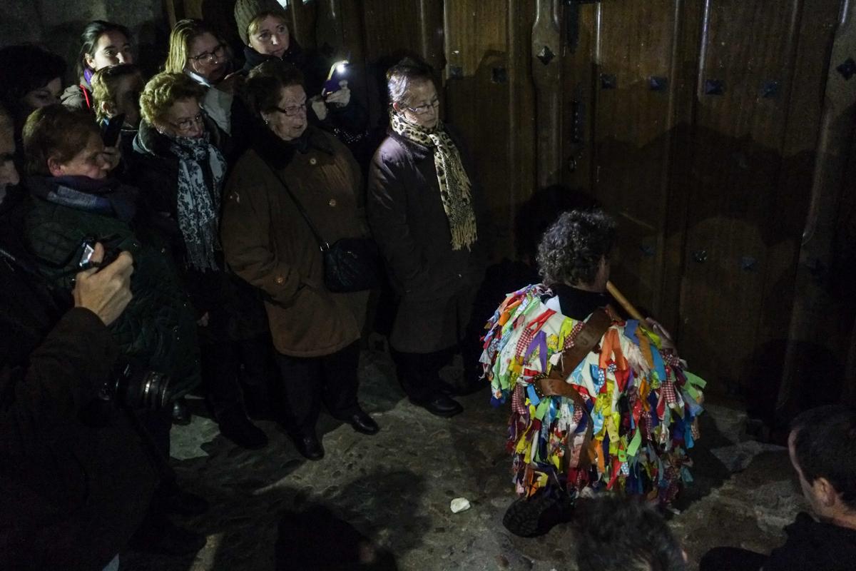 El Jarramplas oficial de cada año desfila de espaldas en una procesión nocturna.