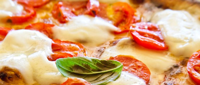La pizza margarita es muy fácil de preparar ayudados de los más pequeños.