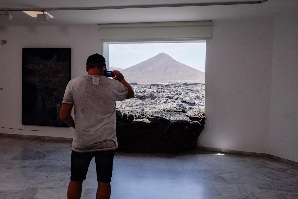 Las ventanas de la casa de Tahíche se abren a un mar de lava.