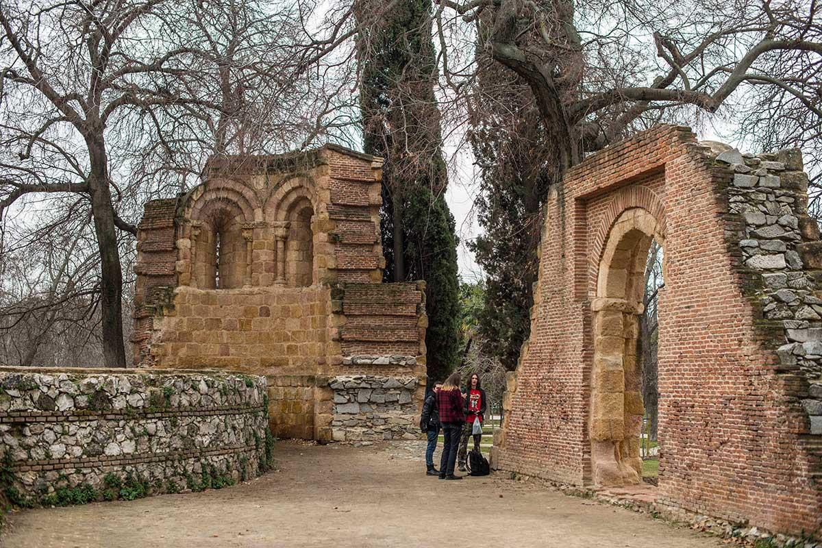 Los restos de una pequeña ermita románica dentro de los Jardines.