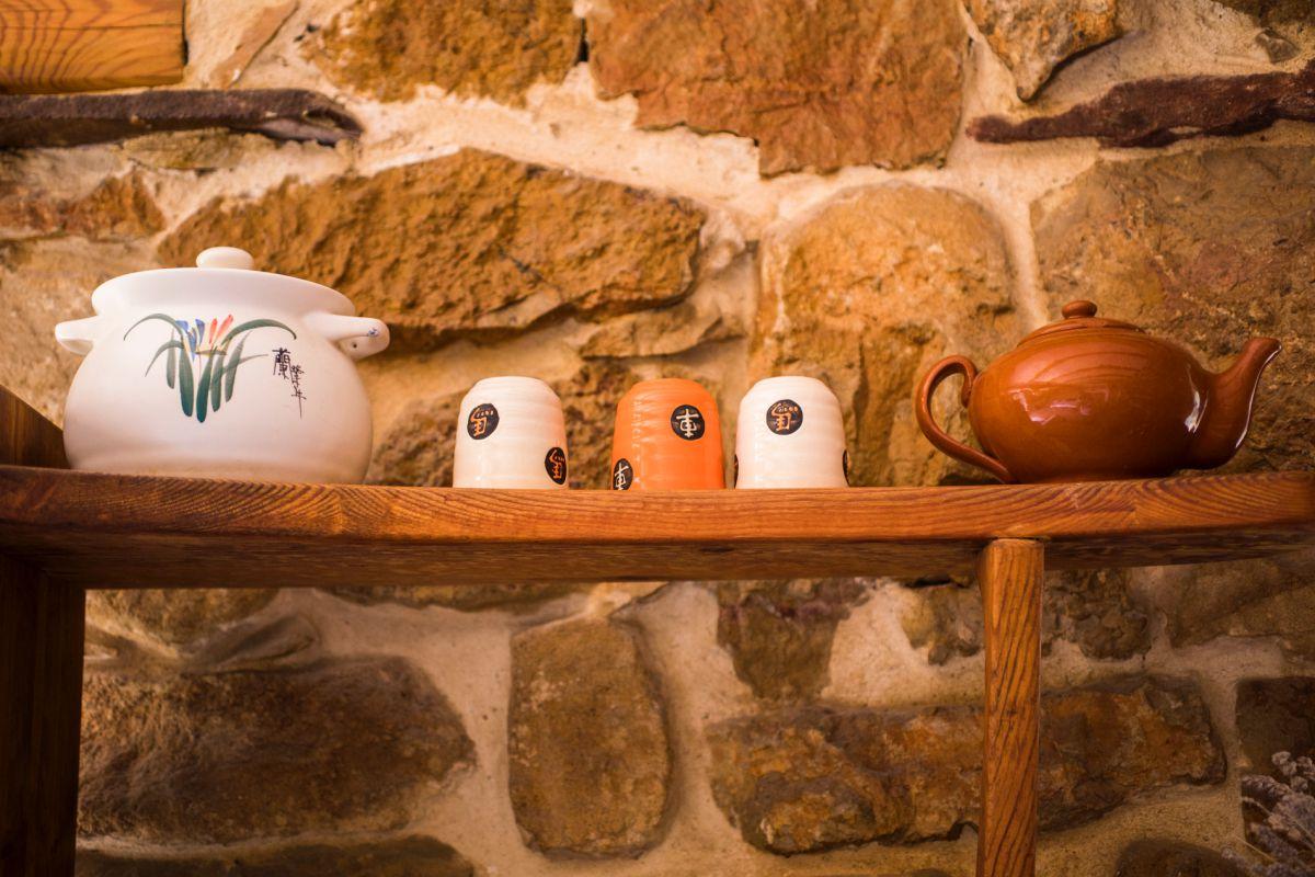 Detalle de juego de té japonés en la casa rural Mar de la Carrasca, en el valle de Peñagolosa, en Castellón.