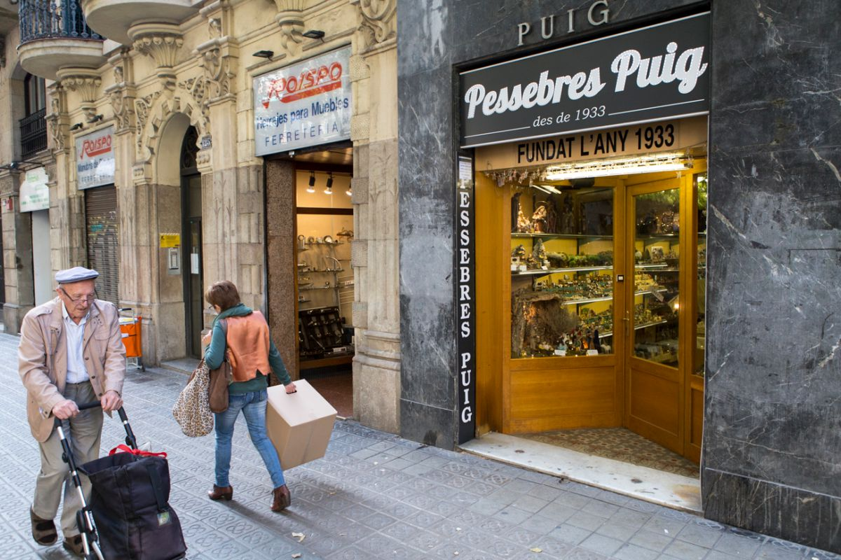 Tras el escaparate te espera, probablemente, la mejor tienda de belenes de España.