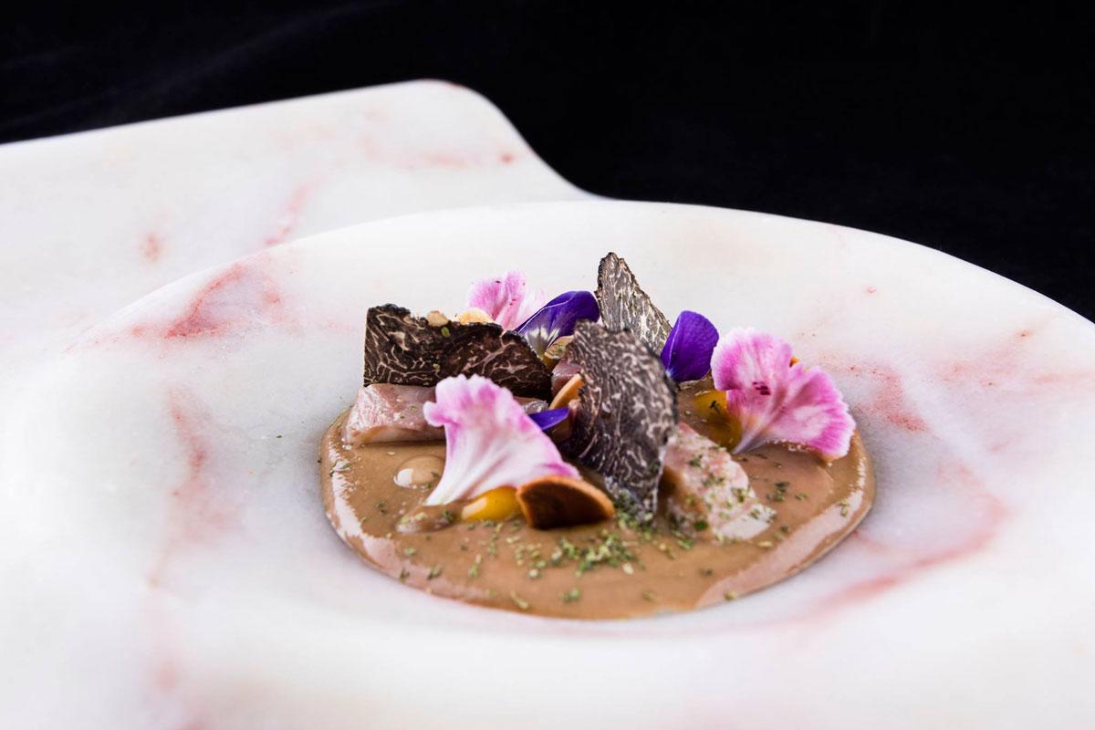 Anguila ahumada y trufa, pilpil de coliflor y ajonegro a modo de ajoblanco. Foto: Facebook