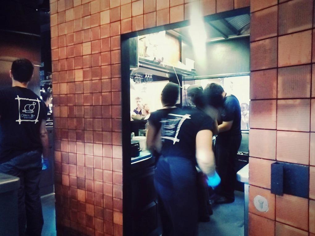 Frenético y acompasado ritmo en la cocina de Central Bar.