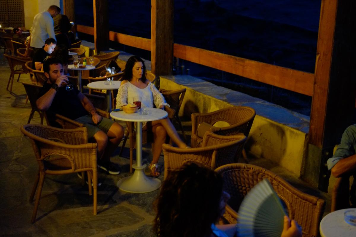 Al atardecer o por la noche, la terraza de la hospedería está muy ambientada.
