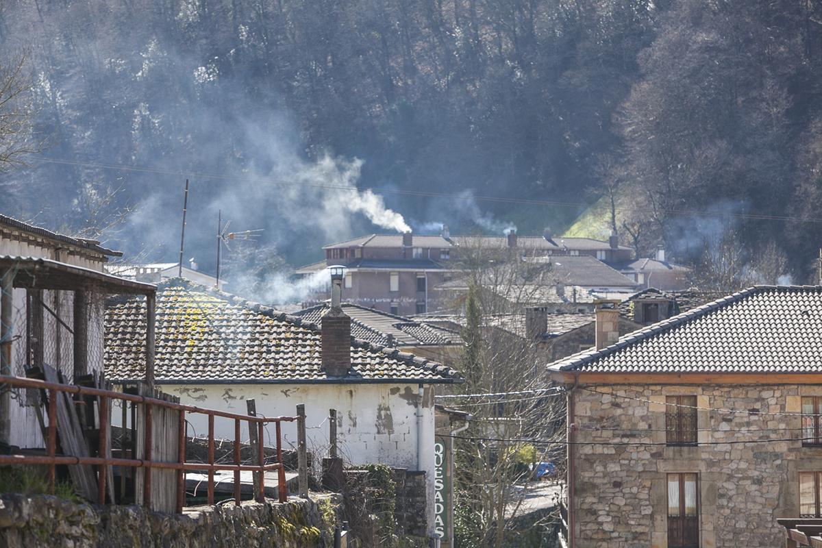 Vega de Pas. El azul del humo tiñe las calles en cualquier época.
