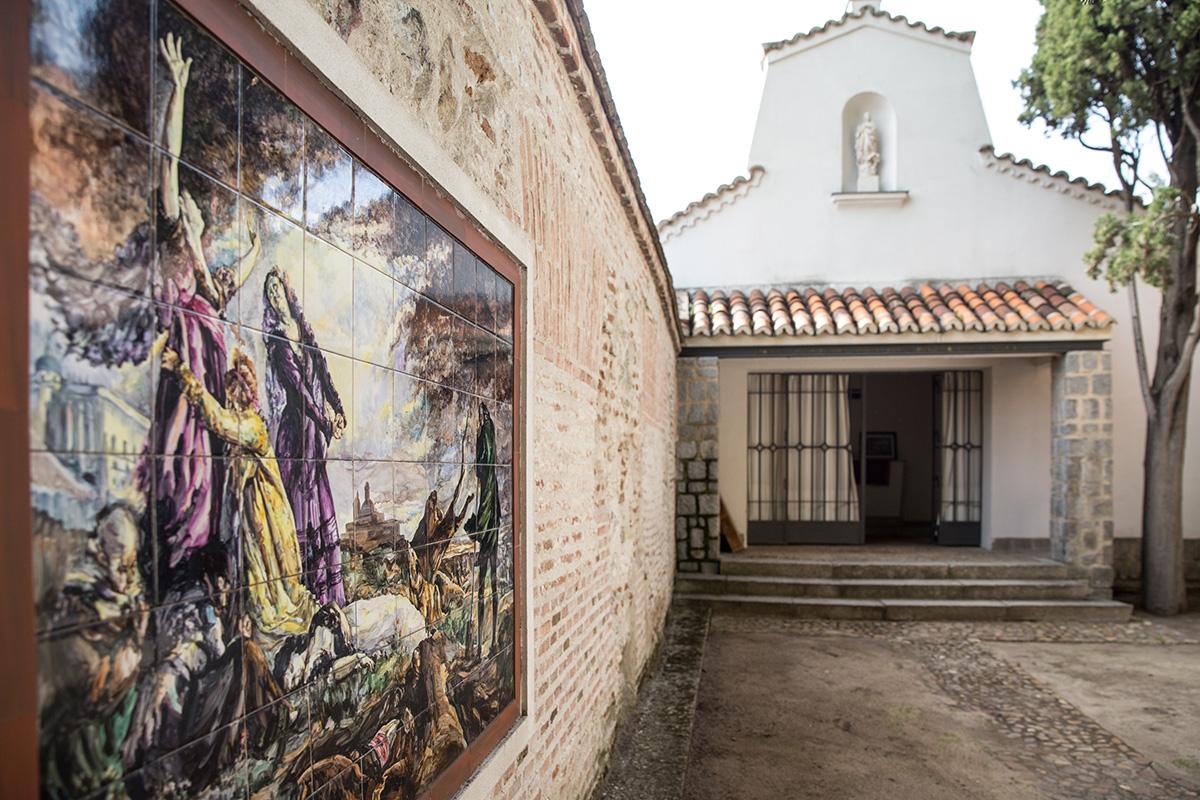 Vista de la reproducción en cerámica de la obra 'Los desenterramientos de La Florida' de Vicente Palmaroli, en el patio de la ermita del cementerio de La Florida, en Madrid.