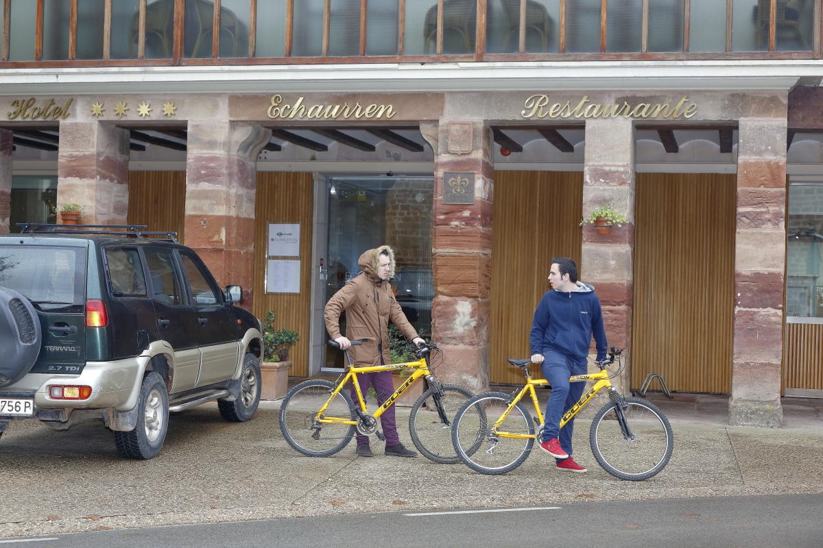 Hotel Echaurren. Exterior y servicio de bicicletas.