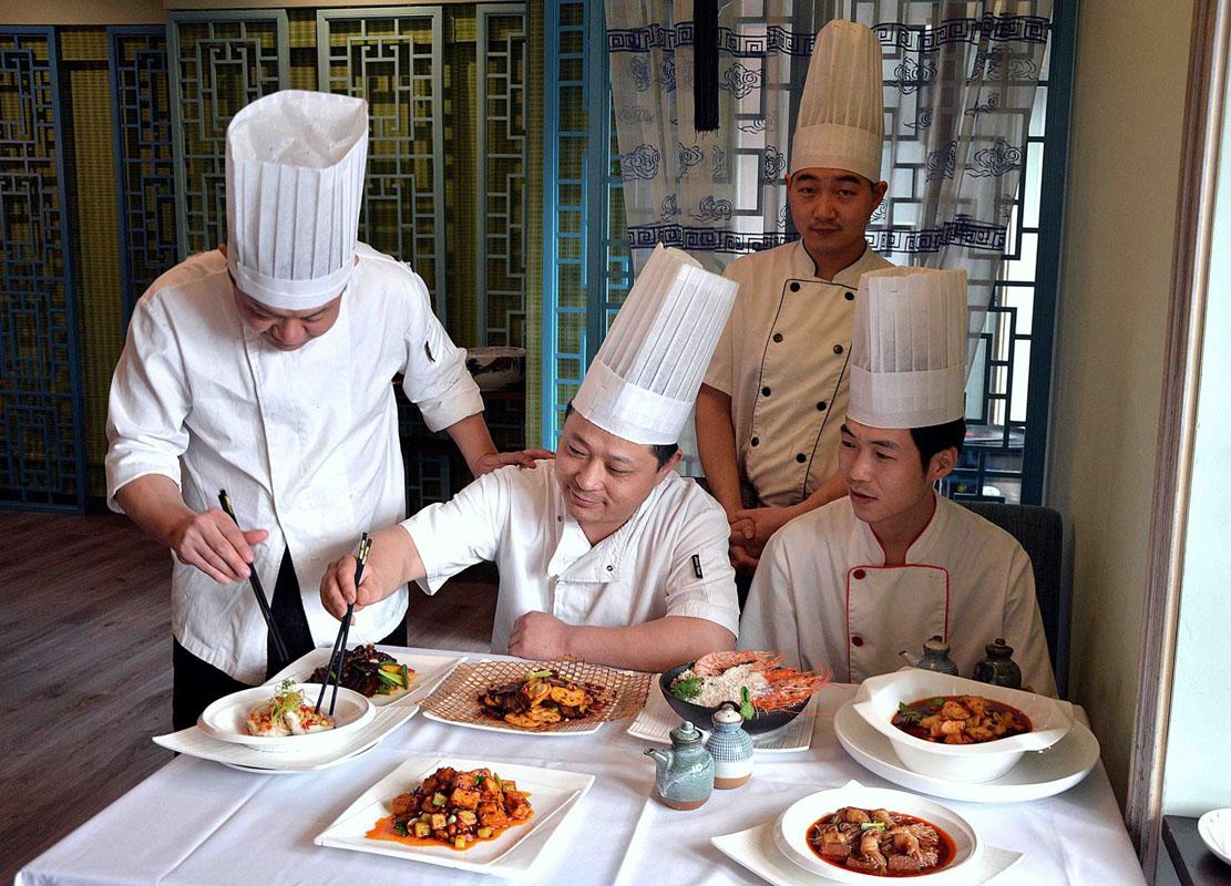 Todo el equipo de 'Casa Lafu' probando nuevos platos. Foto: Casa Lafu.