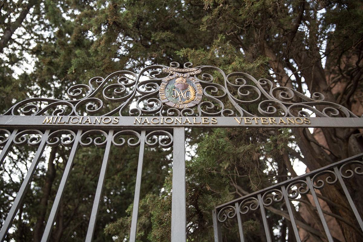 Detalle de la verja de entrada al cementerio de La Florida, en Madrid, propiedad de la Sociedad Filantrópica de Milicianos Nacionales.
