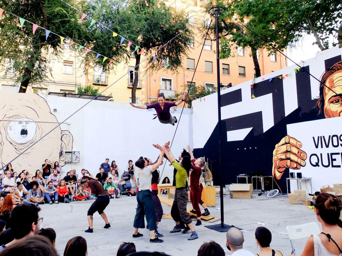 Velada de circo para toda la familia de la compañía Faltan 7, durante una actuación en las calles de Madrid.