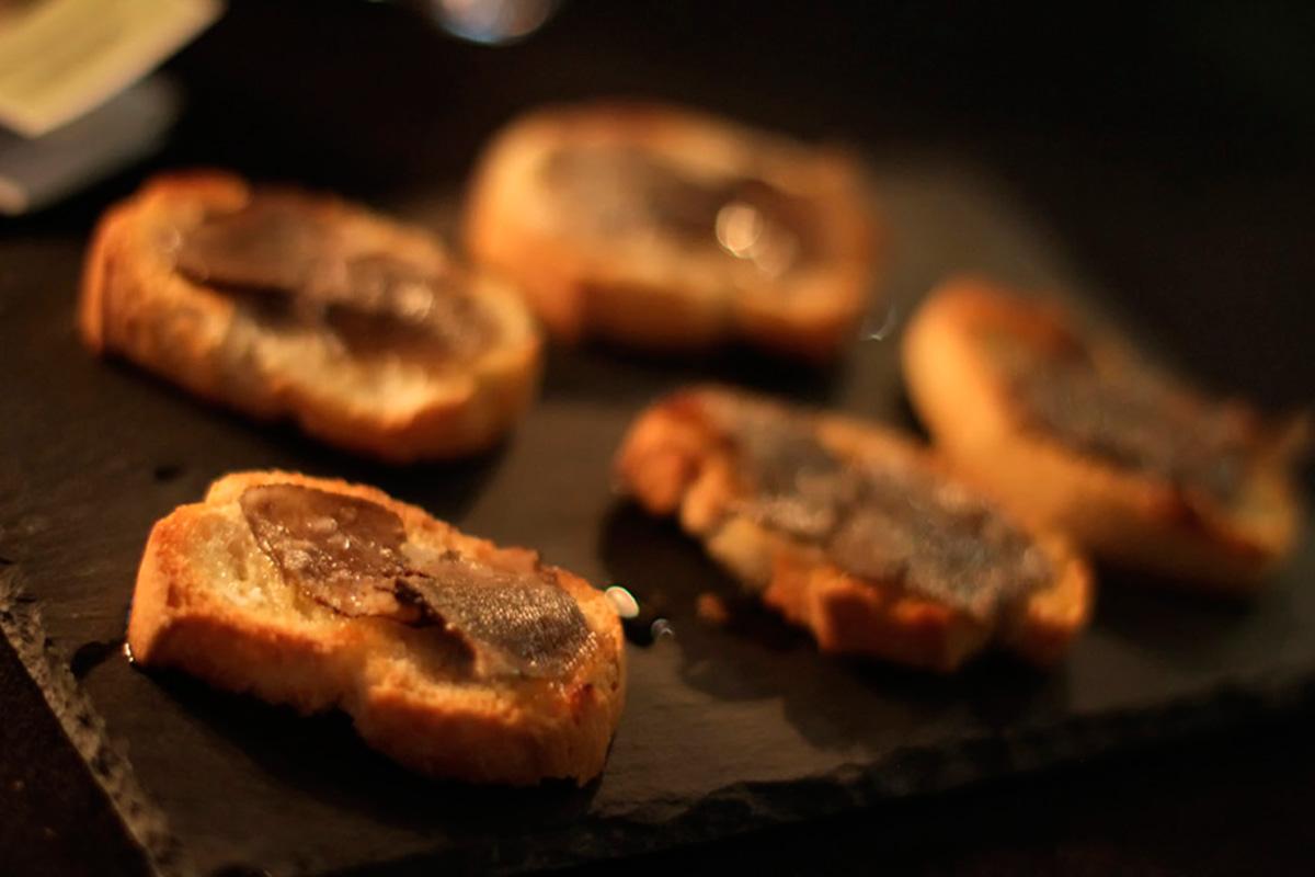 Las trufas del Alto Turia servidas sobre unas tostadas de pan, una delicia. Foto: Uranes Films.