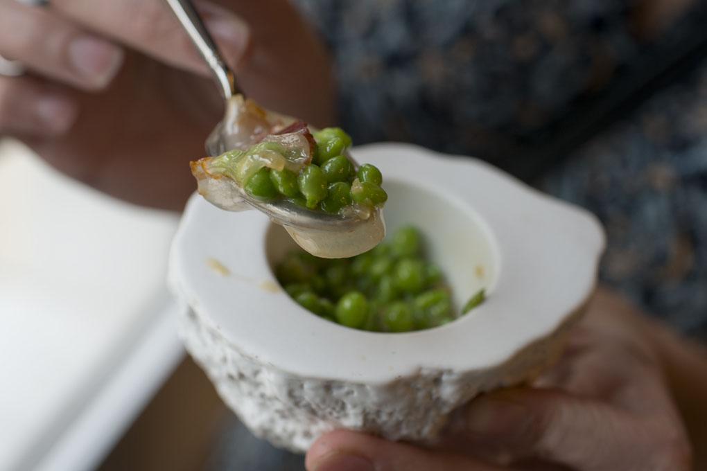 La primera florada de guisantes con jamón ibérico y panceta.