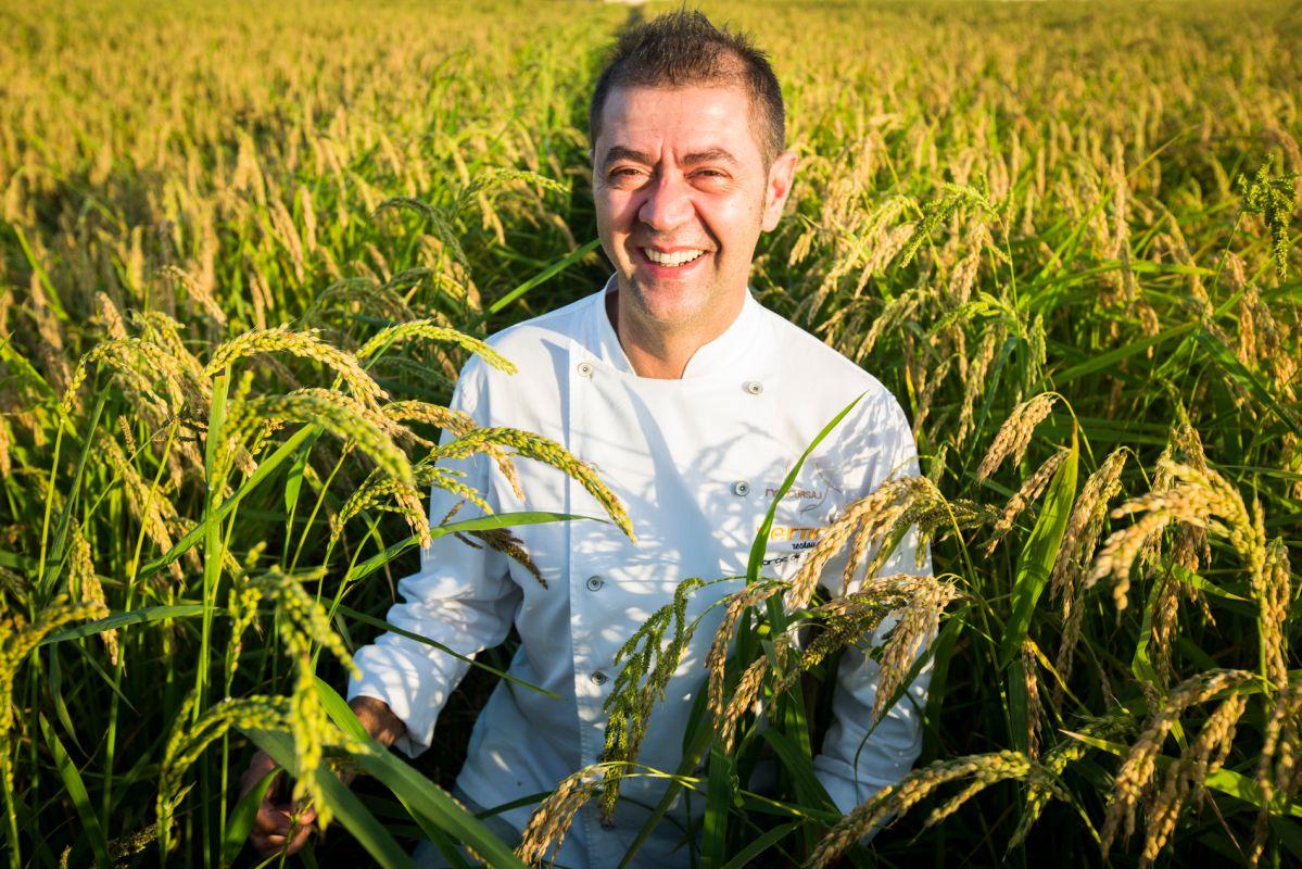 El reconocido chef Jorge de Andrés, del restaurante 'La Marítima' posa en el arrozal de L'Albufera.