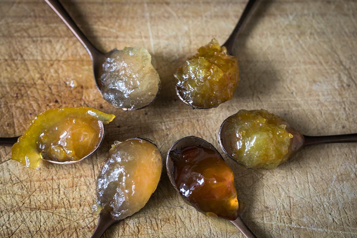 Variedad de mermeladas hechas con los frutos del huerto.