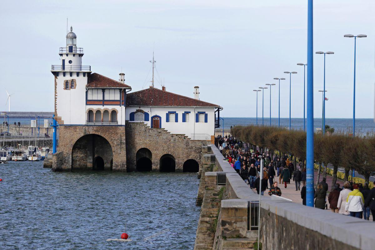 Vista de la Estación de Salvamento de Naúfragos con marea alta y el paseo de Arriluce, en Getxo, Vizcaya.