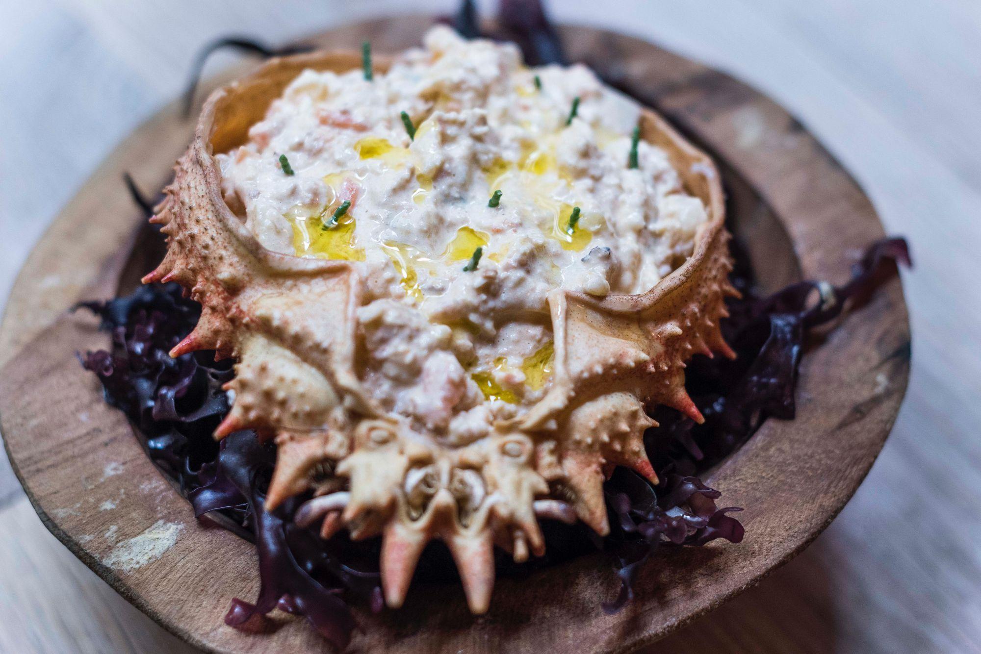 Ensaladilla rusa con carne y coral de centollo.