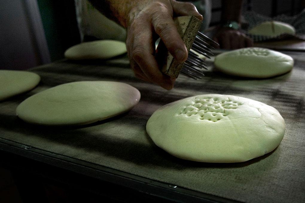 La cruz de Calatrava se realiza con un utensilio artesanal de púas.