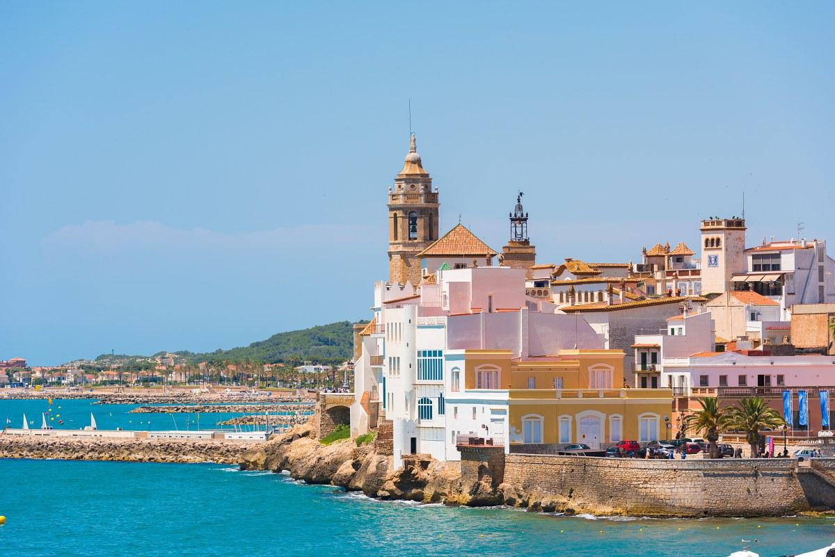 Las casitas de colores llenan de encanto el 'skyline' de Sitges. Foto: Shutterstock.