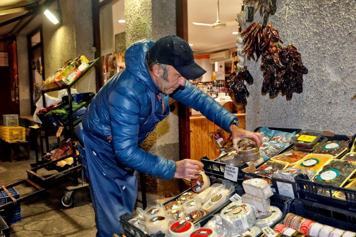 Sergio, de 'Autoservicios Mari', expone todos los días en la calle su género.