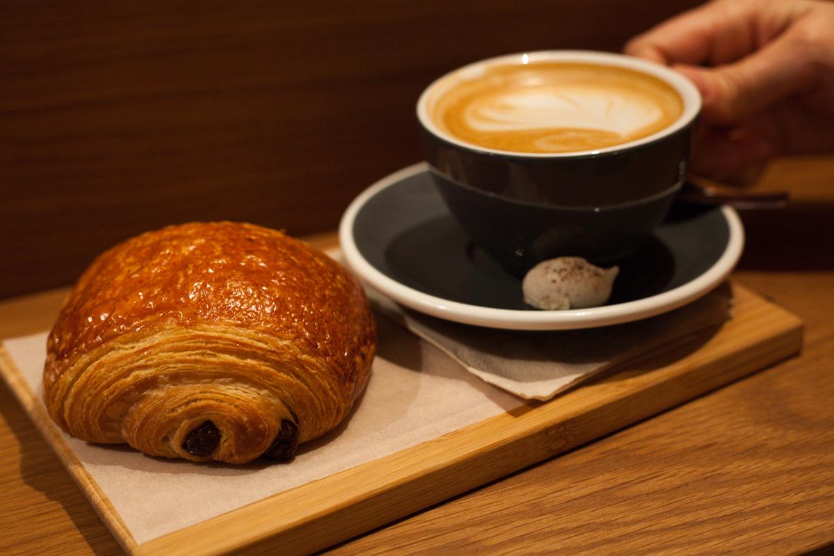 En el local, se sirve café y bollería para el que lo desee.