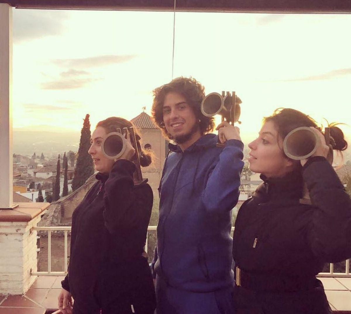 Recogiendo un premio en Granada, con sus hermanos. Foto: Instagram