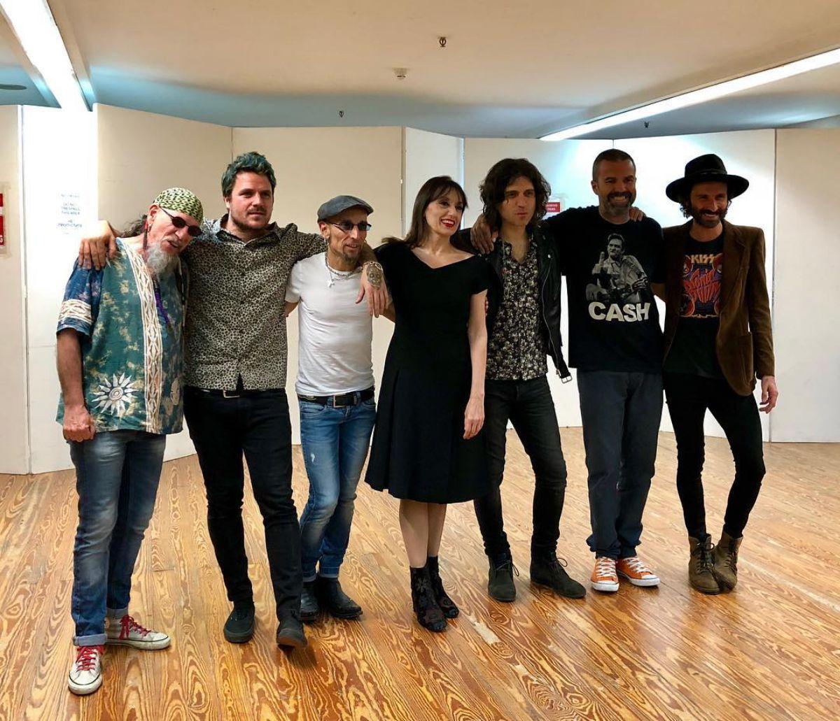Luz Casal rodeada de compañeros de profesión en Santander.