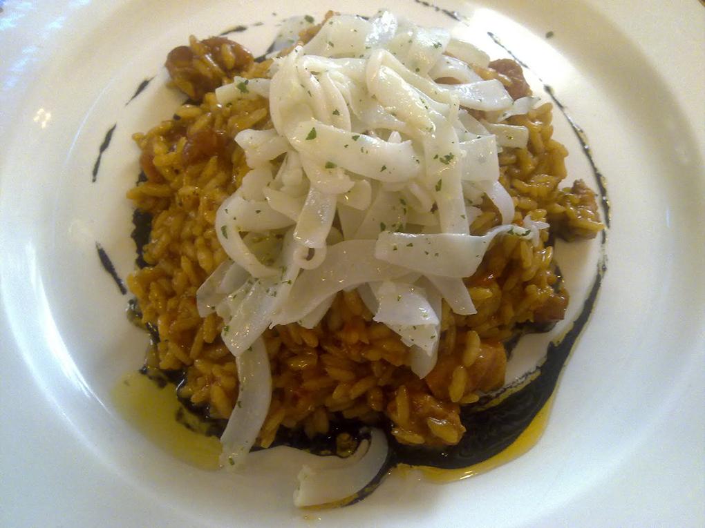 """Un excelente """"mar y montaña"""" compuesto por arroz de perdiz, tallarines de sepia y aceite de tinta de calamar."""