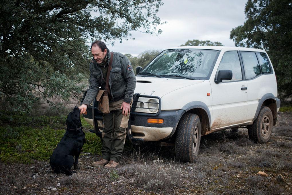 La relación entre el trufero y su perro es muy cercana.