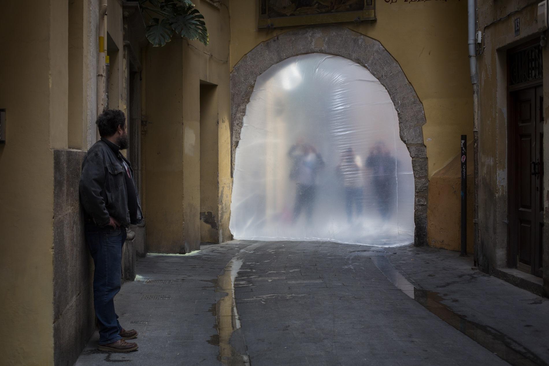 El arte urbano en Intramurs, pasa incluso por sellar túneles de la ciudad.