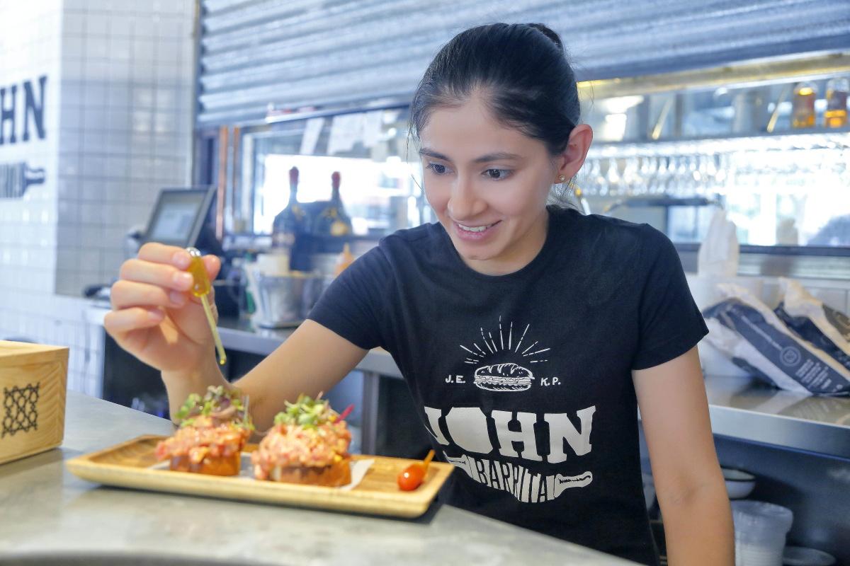 Noemí Sánchez es la jefa de cocina, que suele terminar muchos bocatas en la barra.