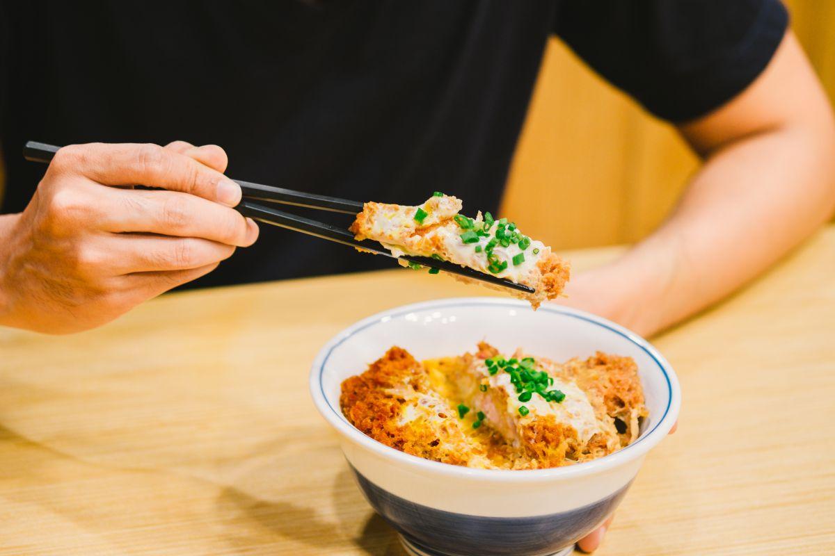 Con palillos o tenedor, la tendencia será ahora comer 'tonkatsu'