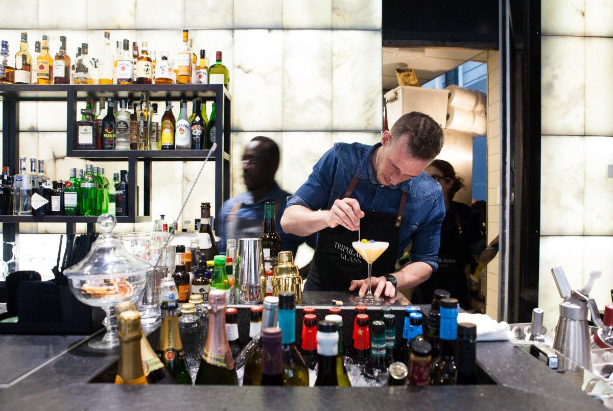 Entre los cócteles, podemos pedir desde un Martini jerezano con ginebra, manzanilla y yuzu a un bloody Sanlúcar con vodka y manzanilla.