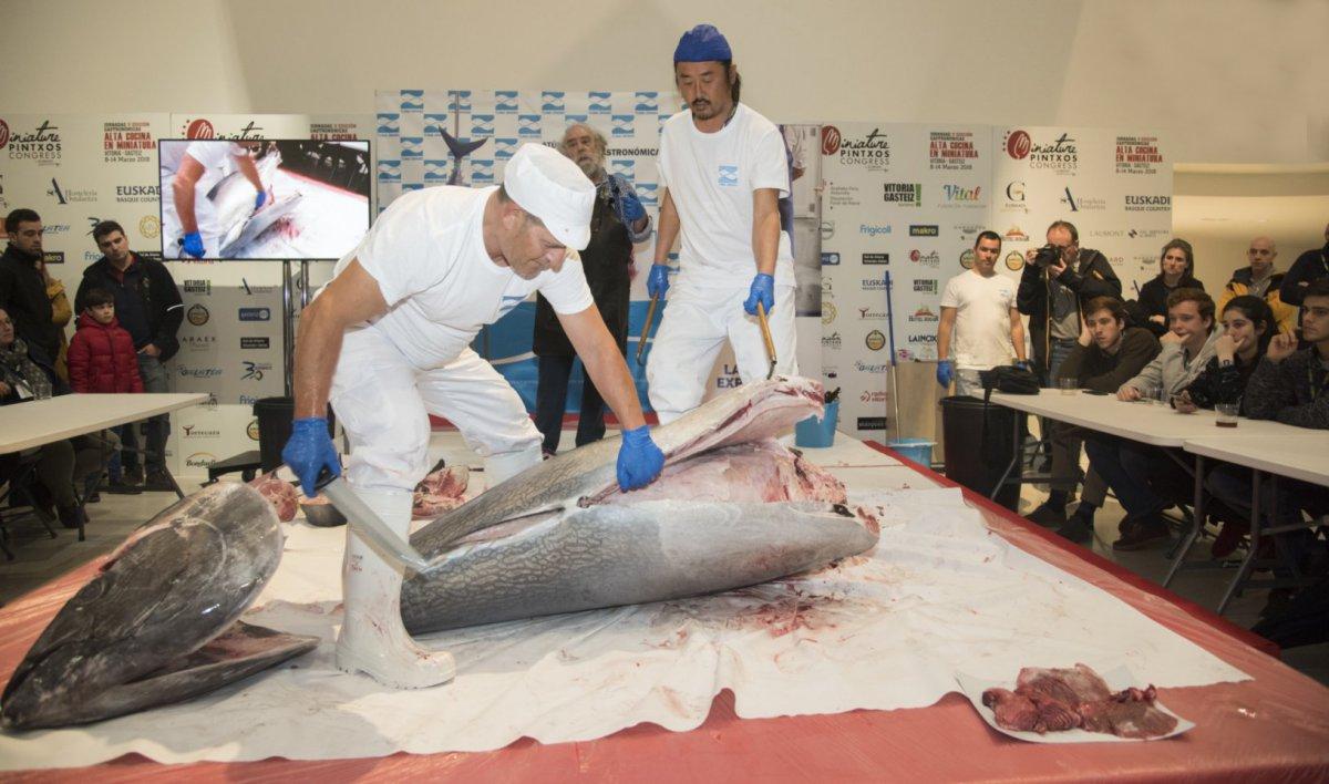 El equipo de Canét durante el ronqueo del atún rojo. Foto cedida.